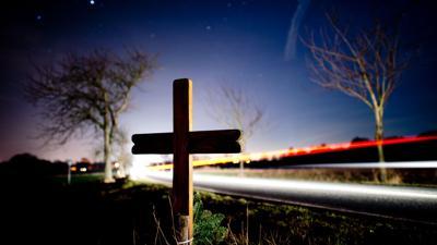 Ein Kreuz zur Erinnerung an einen Verkehrstoten  an einer Landstraße.