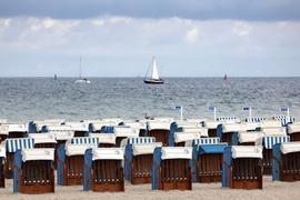 Leer sind die Strandkörbe in Warnemünde.