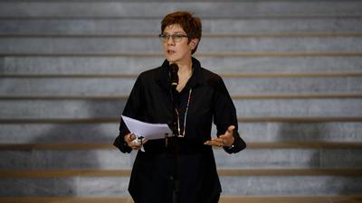Annegret Kramp-Karrenbauer gibt die Einigung der Koalitionsspitzen bekannt.