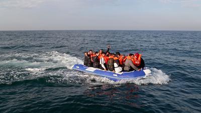 Eine Gruppe von mutmaßlichen Migranten überquert den Ärmelkanal in einem kleinen Boot in Richtung Dover.