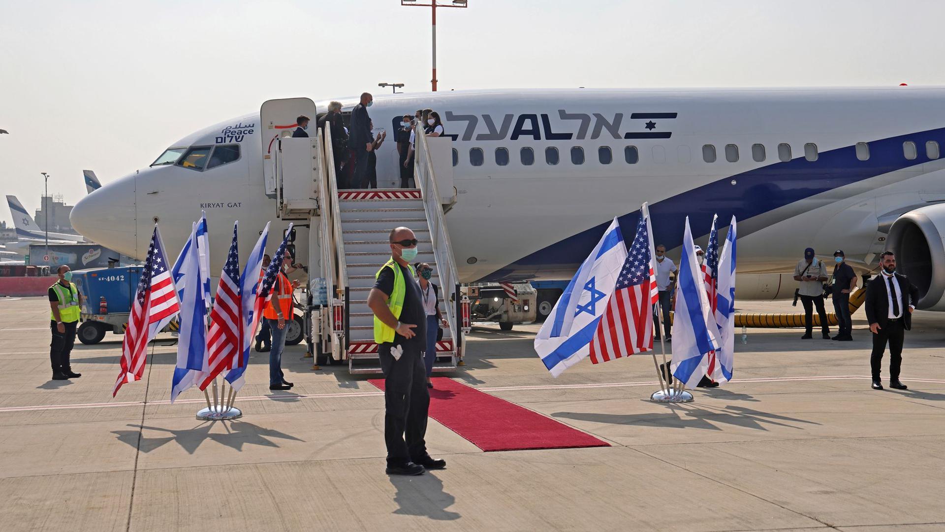 Die Maschine der israelischen Fluggesellschaft El Al vor dem Abflug nach Abu Dhabi auf dem Flughafen Ben Gurion.