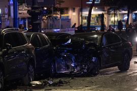 Ein beschädigter PKW steht an der Kreuzung Kurfürstendamm und Cicerostraße in Berlin. Bei dem Unfall traf dieser Wagen ein anderes Fahrzeug, das sich anschließend überschlug.