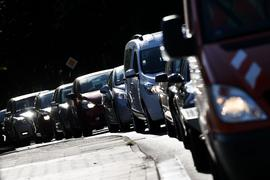 Fahrzeuge stauen sich auf einer Straße über die Autobahn A7. Höllenlärm ab Werk: Verschiedene fabrikneue Motorräder und Sportwagen sind nach einer Studie des Umweltbundesamts unnötig laut.