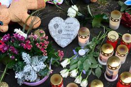Kerzen und Blumen: Vor dem Haus fand eine kleine Trauerfeier statt.