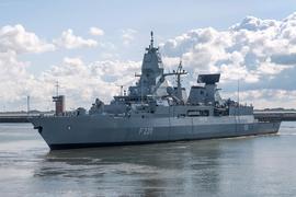 """Die Fregatte """"Hamburg"""" auf einem Archivbild beim Auslaufen in Wilhelmshaven."""
