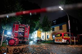 Feuerwehrfahrzeuge stehen vor dem Haus im Stadtteil Lütgendortmund.