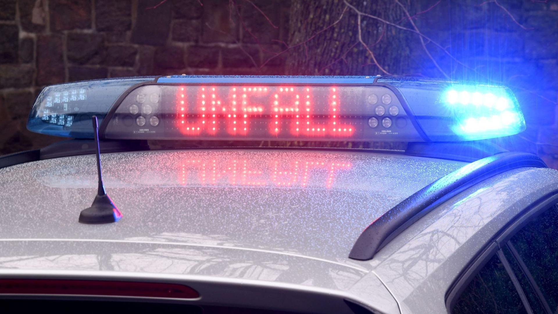 """Die Leuchtschrift """"Unfall"""" ist auf dem Dach eines Streifenwagens der Polizei zu sehen. (Symbolbild)"""