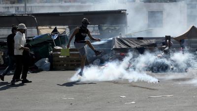 Die Polizei hat bei Zusammenstößen mit nahe der Inselhauptstadt Mytilini Tränengas eingesetzt.