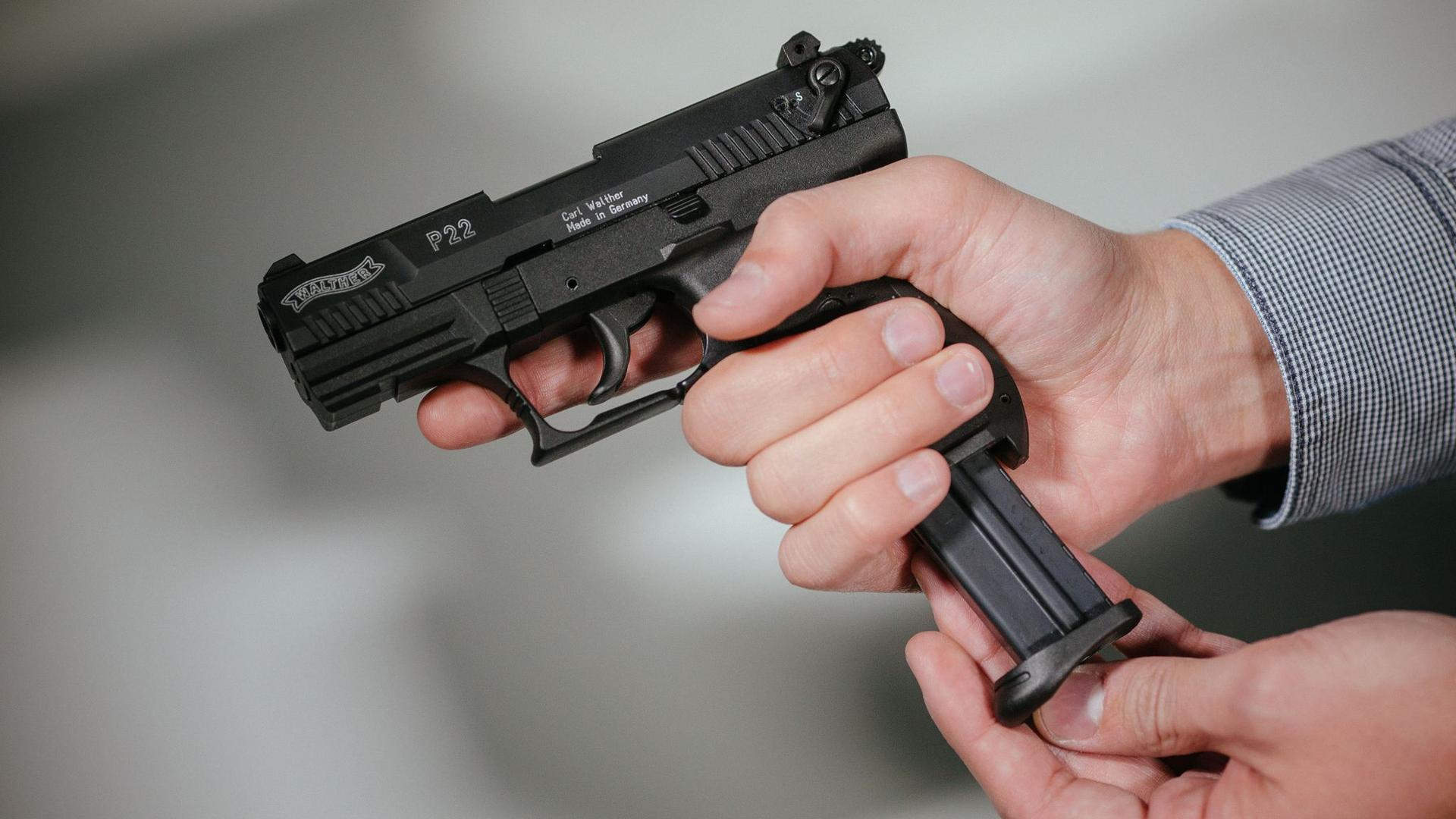 Rund 250 scharfe Waffen - darunter auch Kriegswaffen - hat die Polizei inSeevetal sichergestellt.