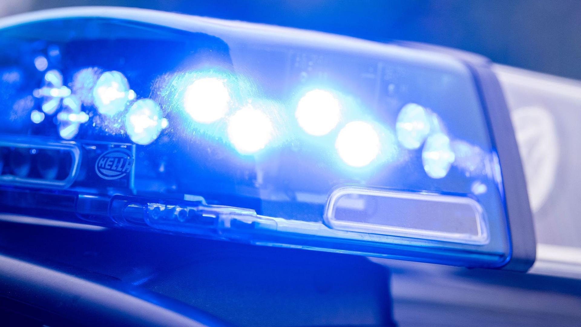 Ein Blaulicht leuchtet auf einem Polizeiauto.