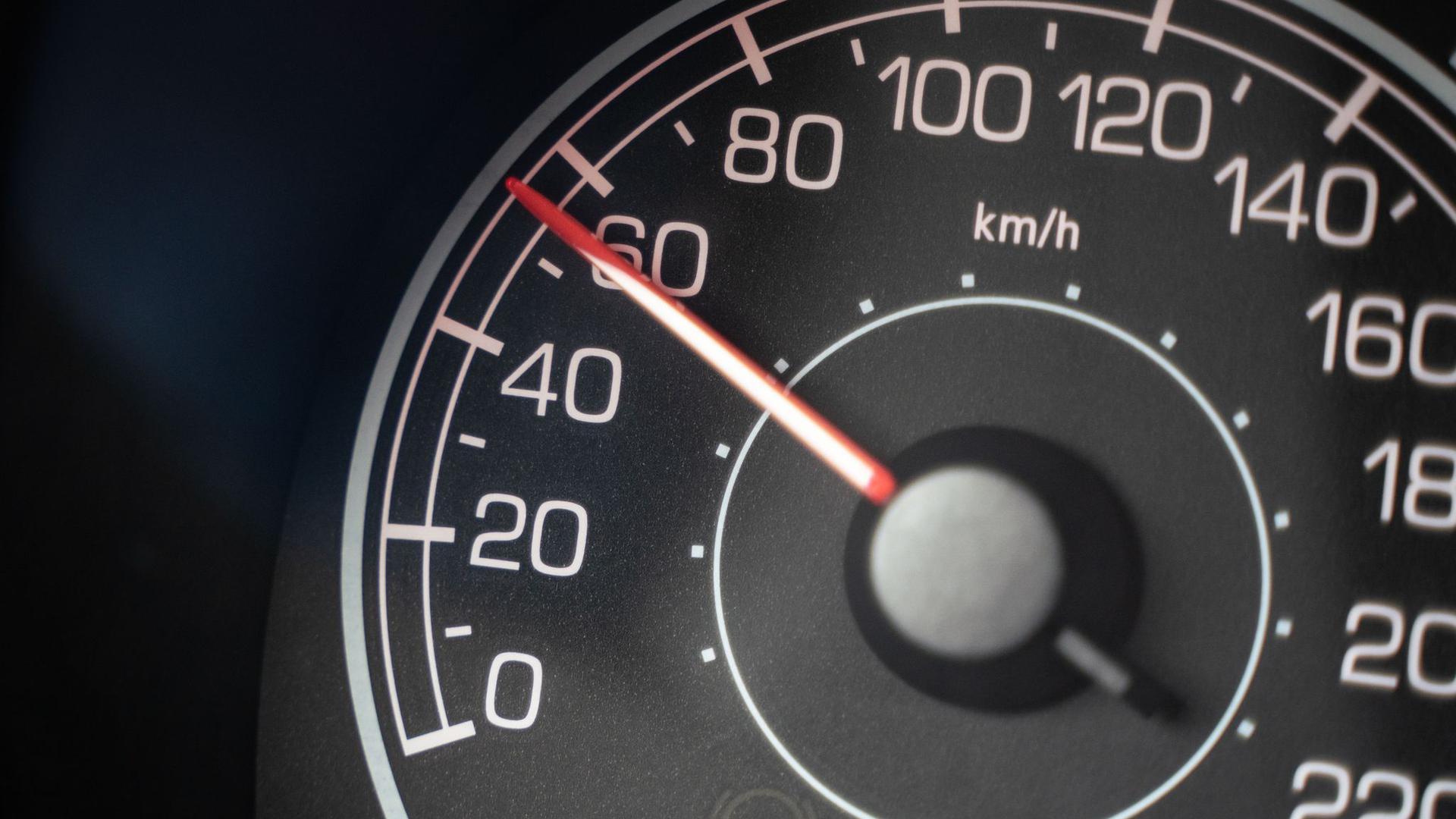 Der Tachometer eines Autos.