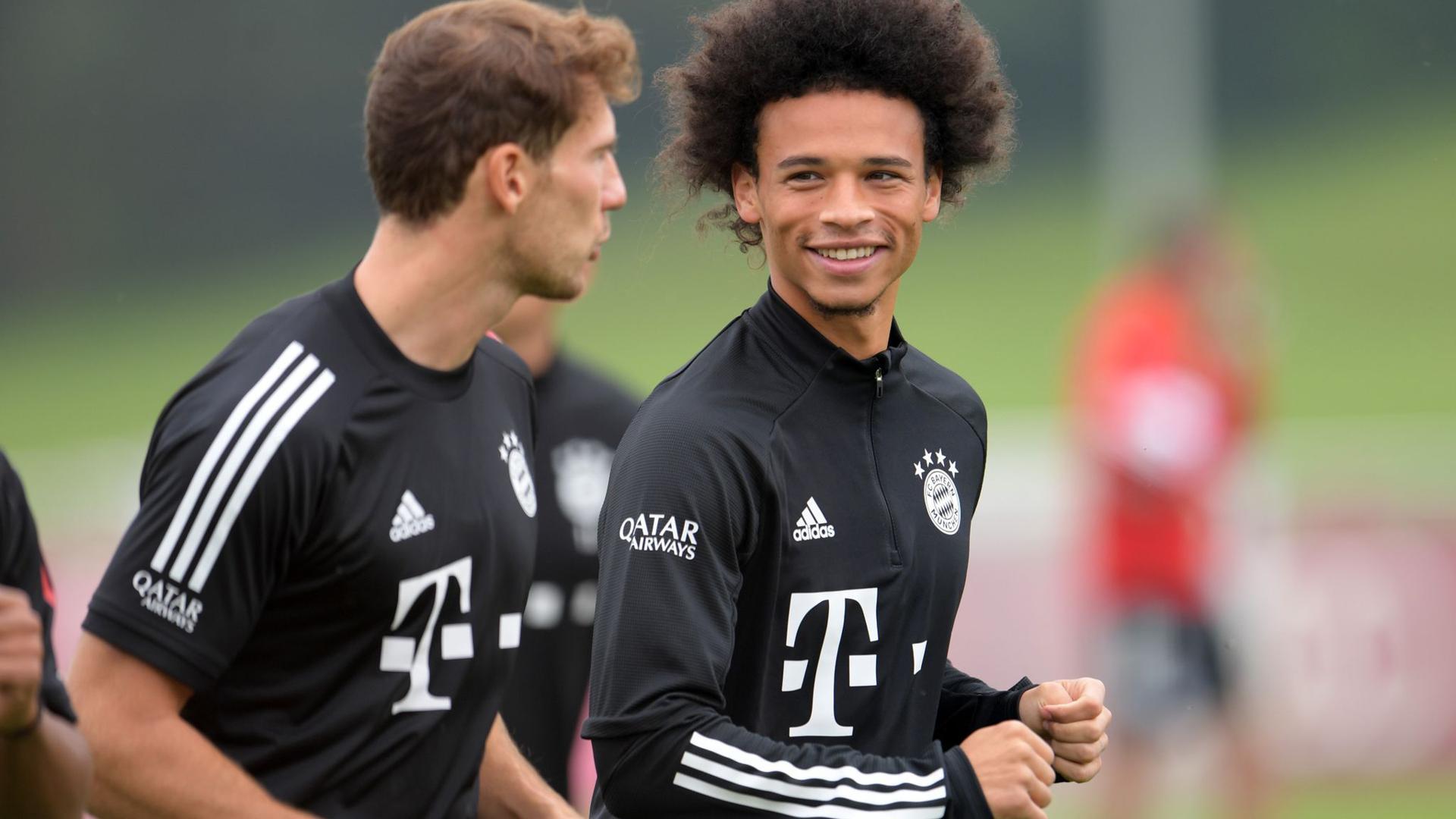 Leroy Sané (r) wird beim FC Bayern sein Bundesliga-Comeback feiern.