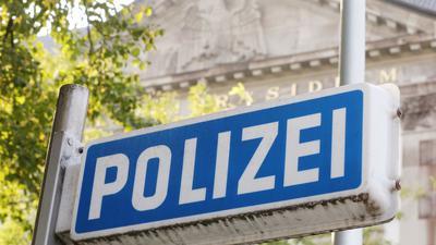 Fast 30 Polizisten in Nordrhein-Westfalen stehen unter Verdacht, jahrelang rechtsextremen Chat-Gruppen angehört zu haben.