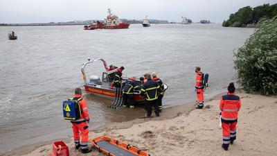 Rettungskräfte der Feuerwehr Hamburg bei einer Übung an der Elbe bei Teufelsbrück im Einsatz.