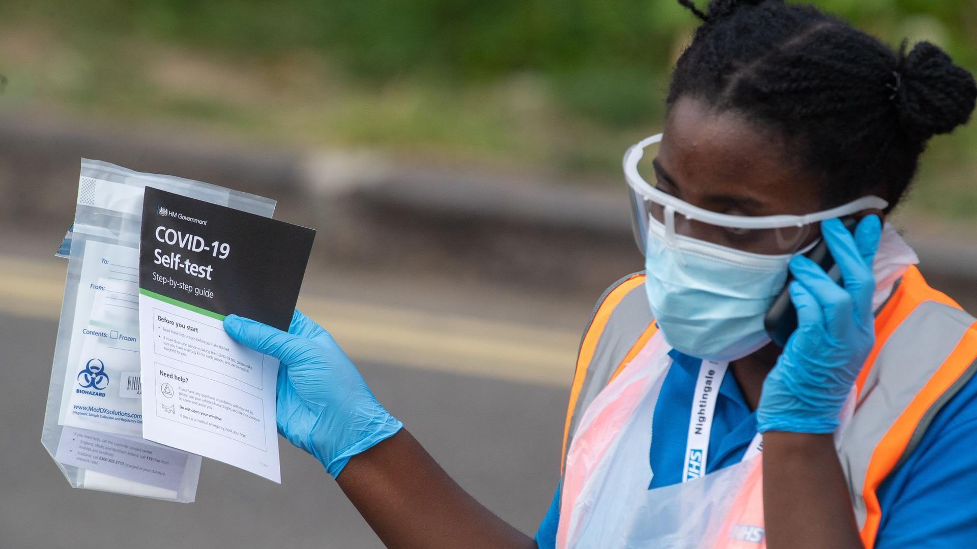 Eine medizinische Mitarbeiterin verteilt Selbsttest-Kits in einem Corona-Testzentrum im Londoner Stadtbezirk Southwark.