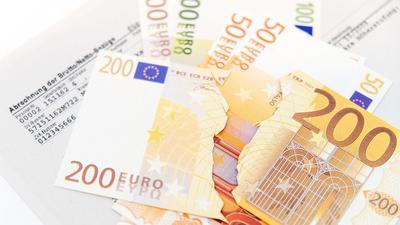 Ausländische Staatsangehörige bekamen im Jahr 2019 insgesamt 2614 Euro brutto - rund ein Viertel weniger als Personen mit einer deutschen Staatsangehörigkeit.