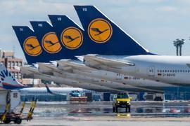 Stillgelegte Passagiermaschine der Lufthansa stehen auf dem leeren Rollfeld des Flughafen Frankfurt.