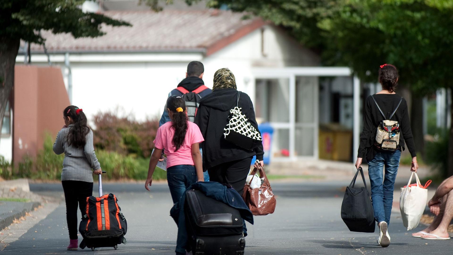 Flüchtlinge kommen in einer Flüchtlingsunterkunft an. In den Jahren 2015 und 2016 hatte Deutschland insgesamt mehr als 1,1 Millionen Asylsuchende aufgenommen.