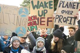 Die Klimaaktivistinnen Greta Thunberg (M) und Luisa Neubauer (2.v.r) demonstrieren wieder fürs Klima.