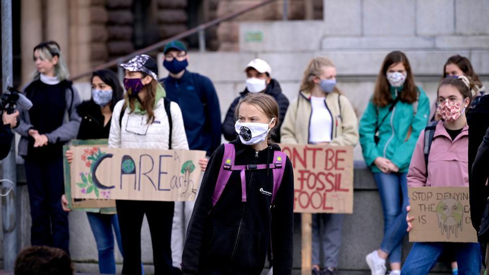 Greta Thunberg (vorne,M), Klimaaktivistin aus Schweden, und andere protestieren vor dem schwedischen Parlament Riksdagen in Stockholm.