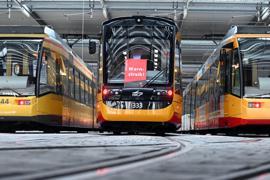 An einer Straßenbahn der Verkehrsbetriebe Karlsruhe hängt ein Plakat mit der Aufschrift Warnstreik. D