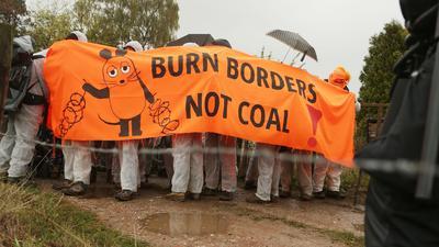 Klimaschutz-Aktivisten demonstrieren für ein sofortiges Ende der Stromerzeugung aus Kohle und Gas.
