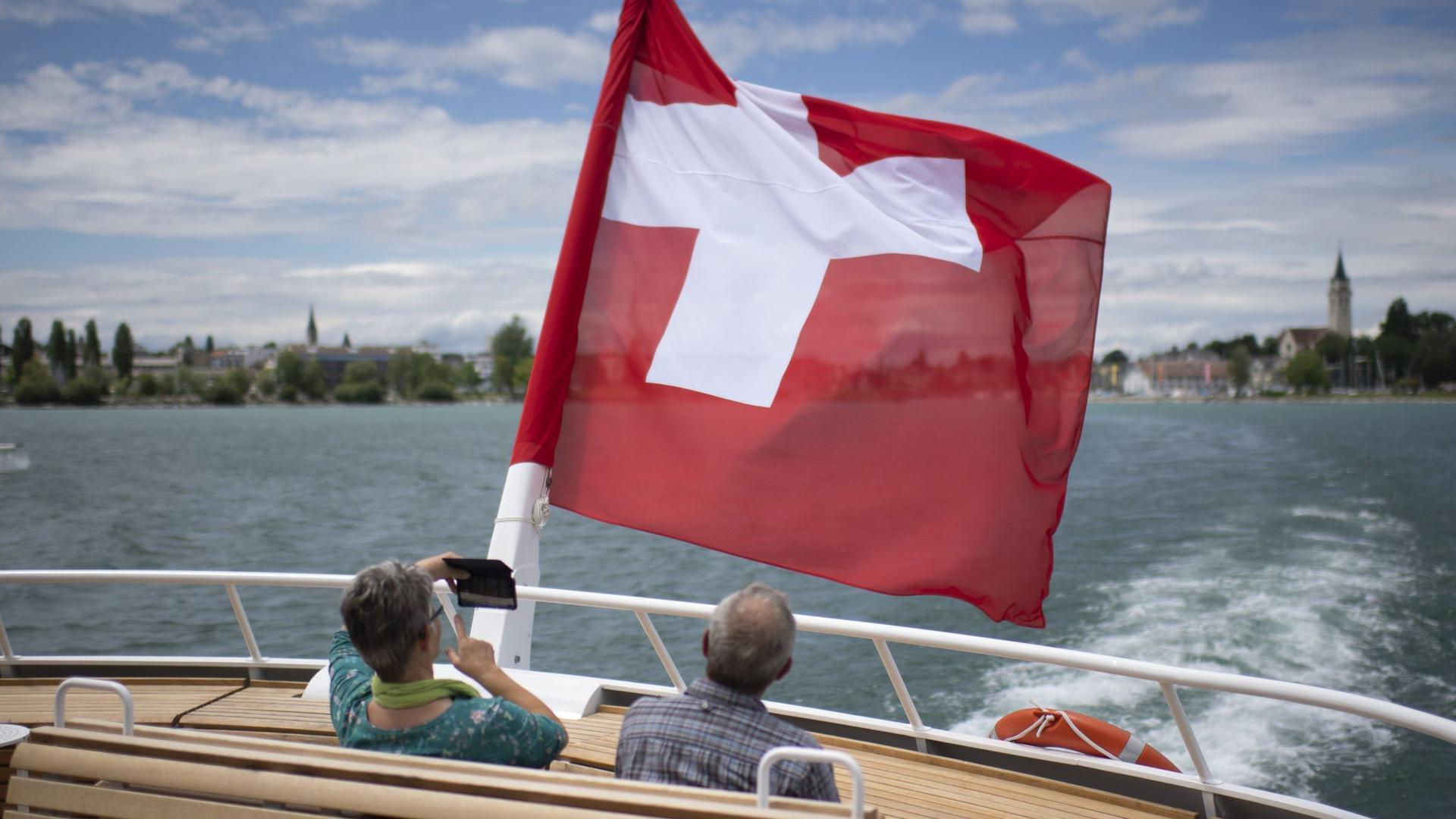 Passagiere fahren mit der MS St. Gallen auf dem Bodensee.