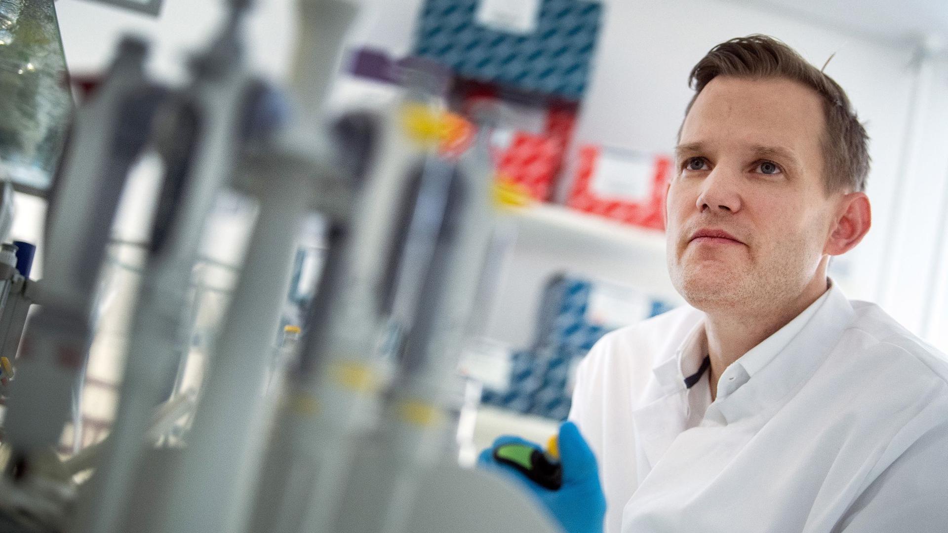 Hendrik Streeck ist Direktor des Instituts für Virologie an der Uniklinik in Bonn und in der Coronakrise einer der bekanntesten Virologen.