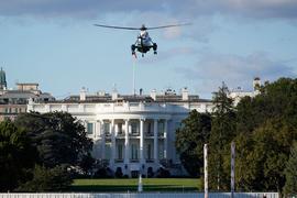 Die Marine One landet auf dem Südrasen des Weißen Hauses. Nach seiner Infektion mit dem Coronavirus wird Trump ins Walter-Reed-Militärkrankenhaus gebracht.
