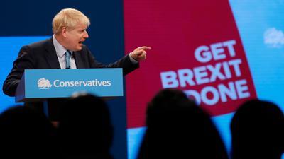 Boris Johnson, Premierminister von Großbritannien, gestikuliert bei seiner Rede auf dem Parteitag der britischen Konservativen in Manchester.