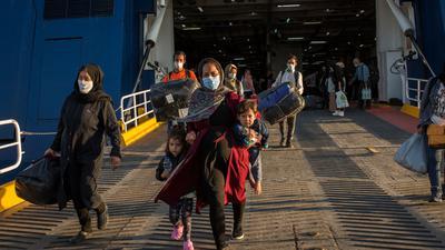 Flüchtlinge aus dem kürzlich ausgebrannten Lager Moria auf Lesbos und anderen griechischen Inseln verlassen eine Fähre im Hafen von Lavrio bei Athen.