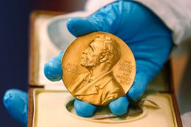 Objekt der Begierde: die goldene Nobelpreismedaille.