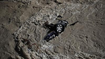 Ein Auto wurde vom Hochwasser des Fluss Roya in Frankreich mitgerissen.