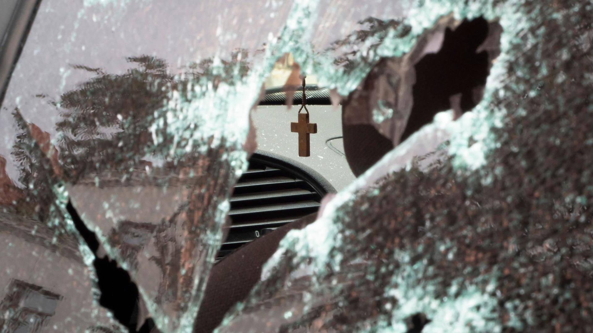 Ein Kruzifix hängt in einem Auto, das durch Beschuss durch aserbaidschanische Artillerie während eines militärischen Konflikts in selbsternannten Republik Berg-Karabach beschädigt wurde.