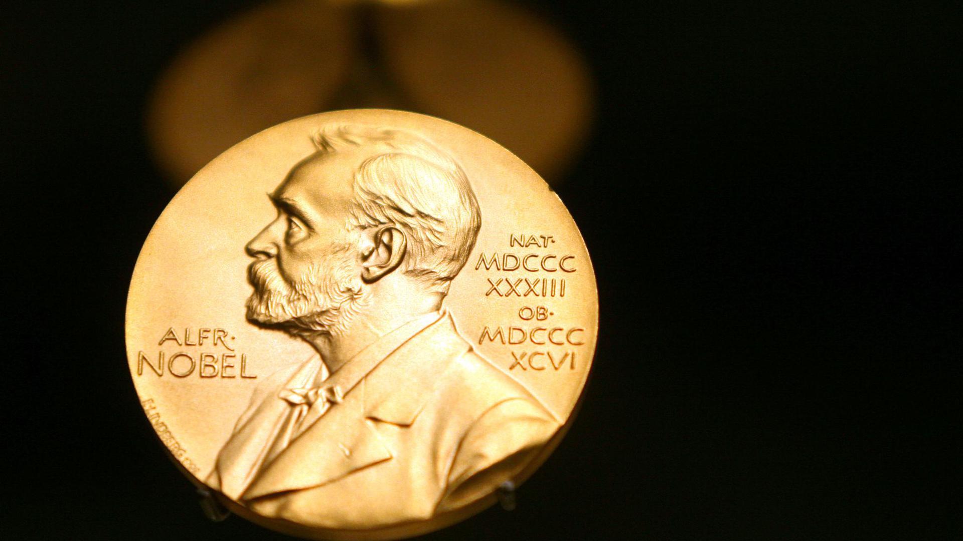 Eine Medaille mit dem Konterfei von Alfred Nobel ist im Nobel Museum zu sehen.