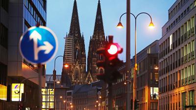 Köln hat die wichtige Warnstufe von 50 Neuinfektionen pro 100.000 Einwohner in sieben Tagen überschritten.