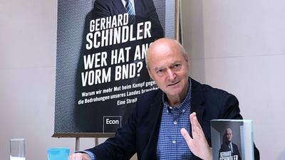 """Gerhard Schindler, früherer Präsident des Bundesnachrichtendienstes, stellt sein Buch """"Wer hat Angst vorm BND?"""" in Berlin vor."""