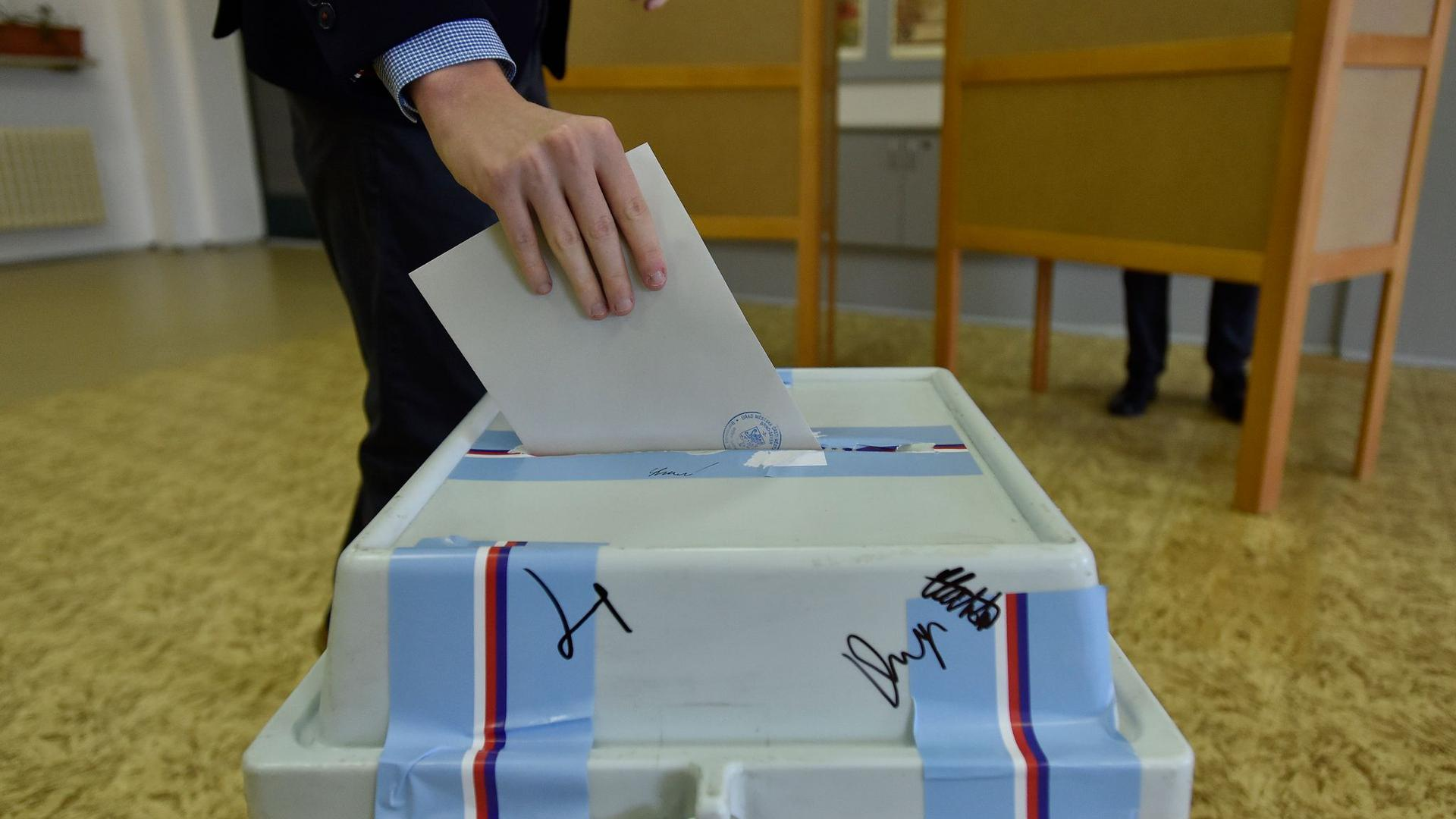 Ein Wähler wirft seinen Stimmzettel im tschechischen Brünn in eine Wahlurne. Die Oppositionsparteien haben ihre Mehrheit im Oberhaus des Parlaments ausbauen können.