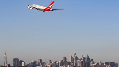 Eine Maschine der australischen Fluggesellschaft Qantas fliegt über Sydney.