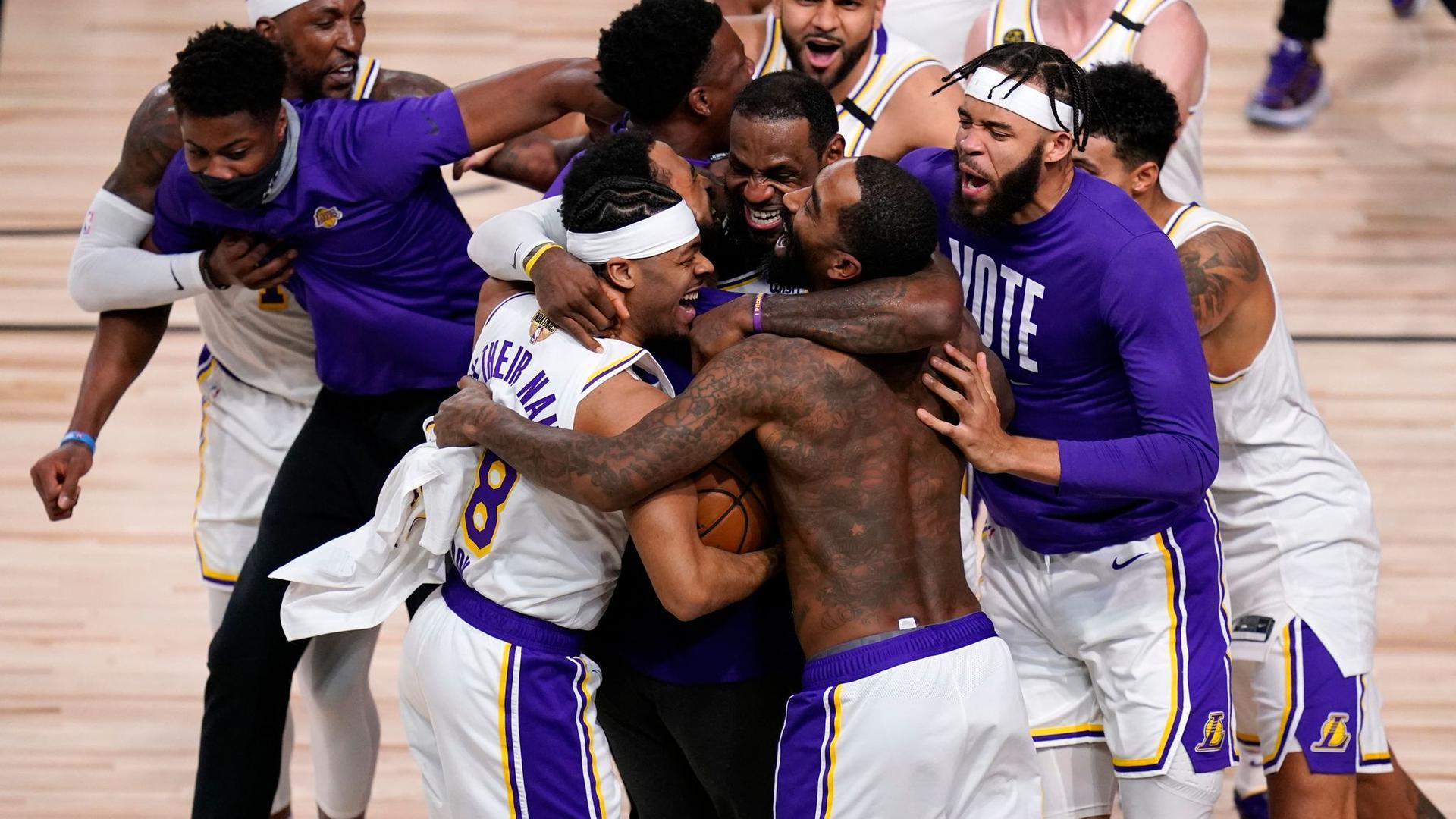 Die Spieler der Los Angeles Lakers feiern den Titel.