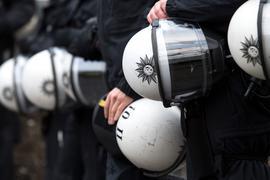Niedersachsens Innenminister wirbt für eine Studie zur Polizeiarbeit und möglichem Extremismus.