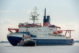 """Das Forschungsschiff """"Polarstern"""" des Alfred-Wegener-Instituts für Polar- und Meeresforschung (AWI) trifft vor der Nordschleuse seines Heimathafens Bremerhaven ein."""