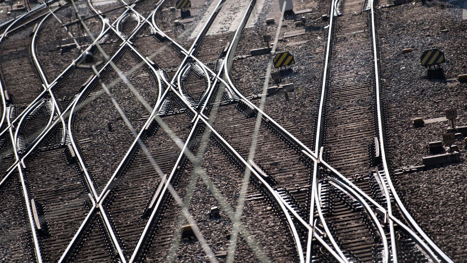 Gleise und Oberleitungen: Auf einem Bahnhof bei Landshut sind zwei Schüler von einem Zug erfasst und tödlich verletzt worden. (Symbolbild)