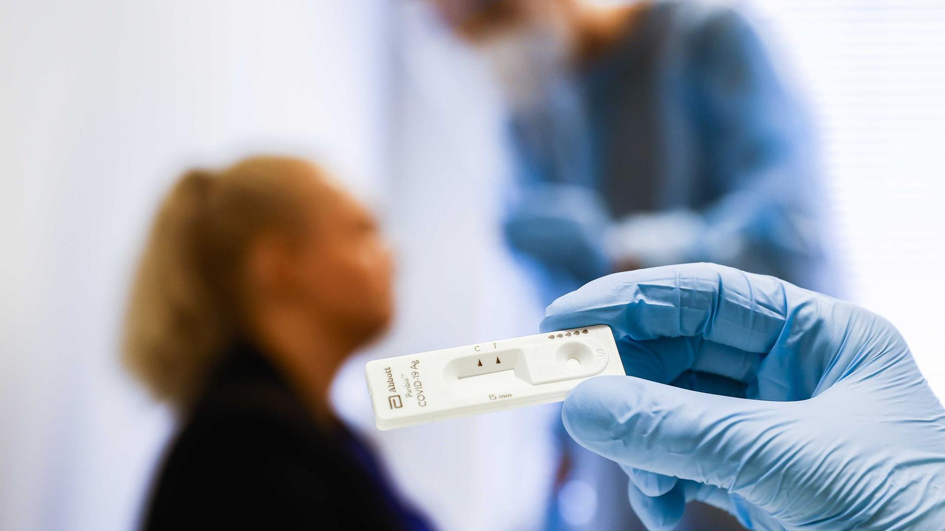 Blick auf einen Corona-Schnelltest in einer Teststation des Gesundheitsamts der niederländischen Stadt Groningen.