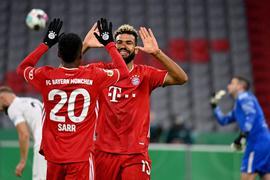 Nach seinem Tor zum 1:0 gegen den FC Düren klatscht Eric Maxim Choupo-Moting (r) mit Bouna Sarr ab.