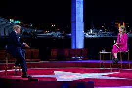 US-Präsident Trump und Savannah Guthrie, Moderatorin des Fernsehsenders NBC, sitzen während einer Fragestunde mit Wählern im Perez Art Museum in Miami.