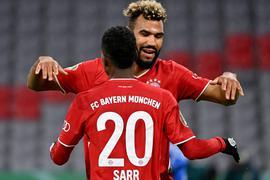 Eric Maxim Choupo-Moting (r) und Bouna Sarr vom FC Bayern München jubeln über den 1:0 Treffer gegen den 1. FC Düren durch Choupo-Moting.