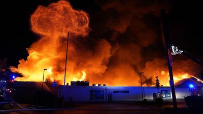 Der Supermarkt in Wendlingen steht in Flammen.
