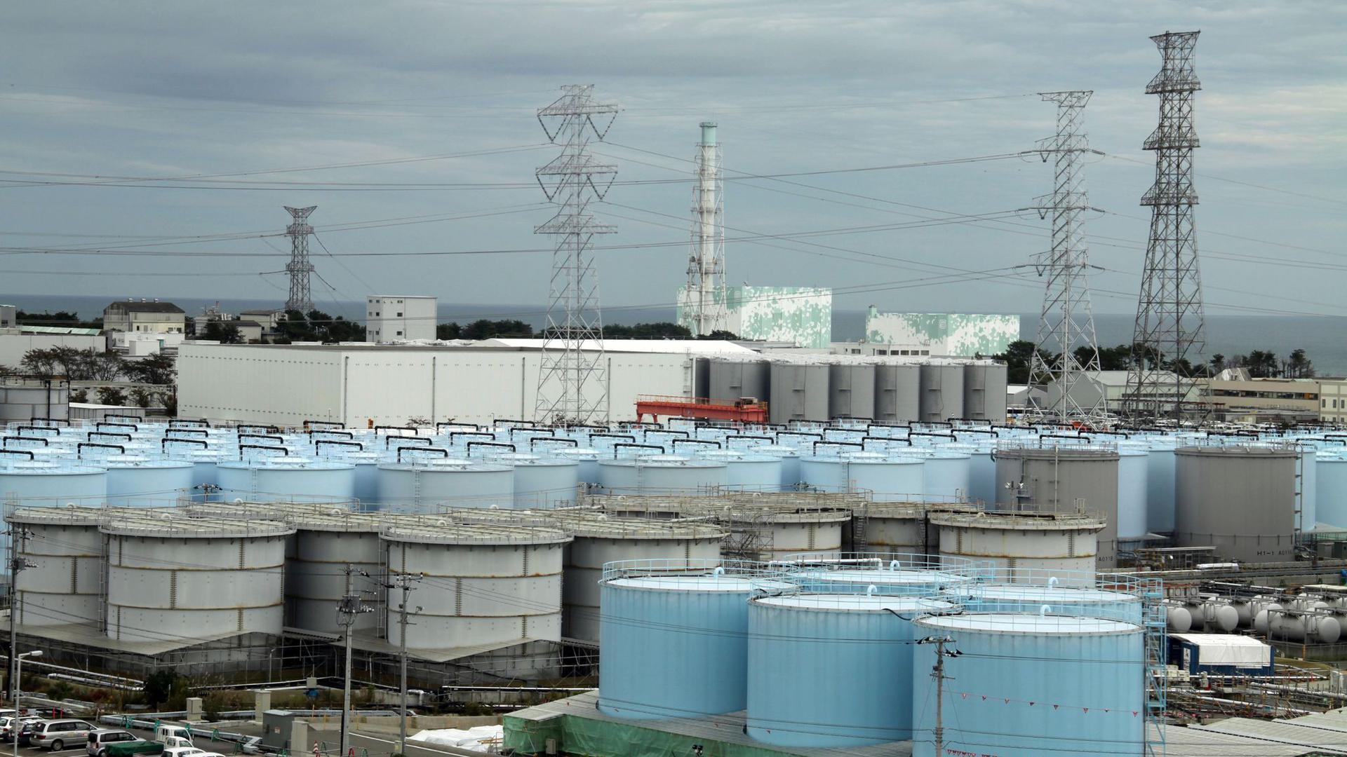 Die ständig wachsende Menge an gefiltertem, aber immer noch leicht radioaktivem Wasser auf dem Gelände des zerstörten Atomkraftwerks verursacht langsam Platzprobleme.