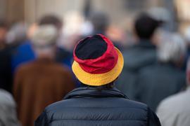 Teilnehmer stehen bei einer Kundgebung der islam- und ausländerfeindlichen Pegida-Bewegung auf dem Neumarkt in Dresden.
